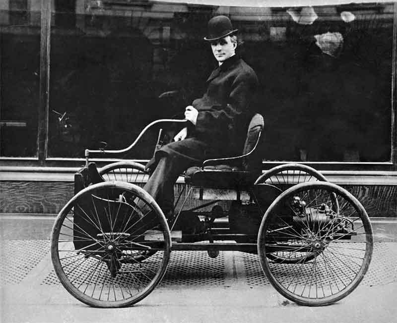 El primer auto de Henry Ford fue el Quadricycle, visto aquí con Ford conduciendo. Tenía solo dos velocidades de avance y no podía retroceder.