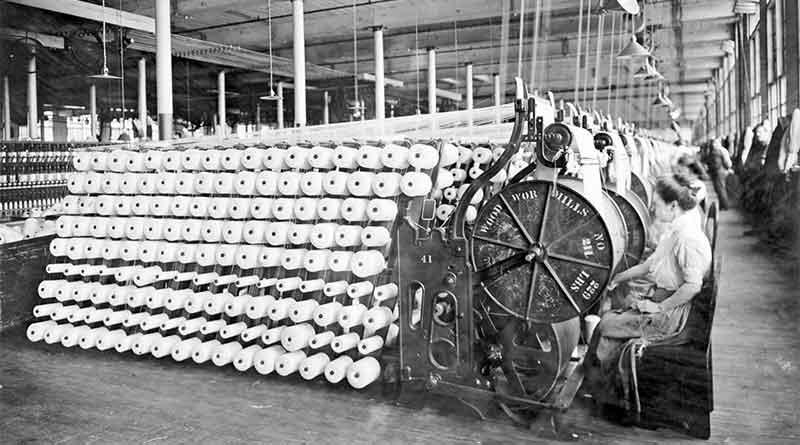Revolución industrial: obreros de fábrica Mujeres que trabajan en máquinas en la American Woolen Company, Boston, c. 1912.